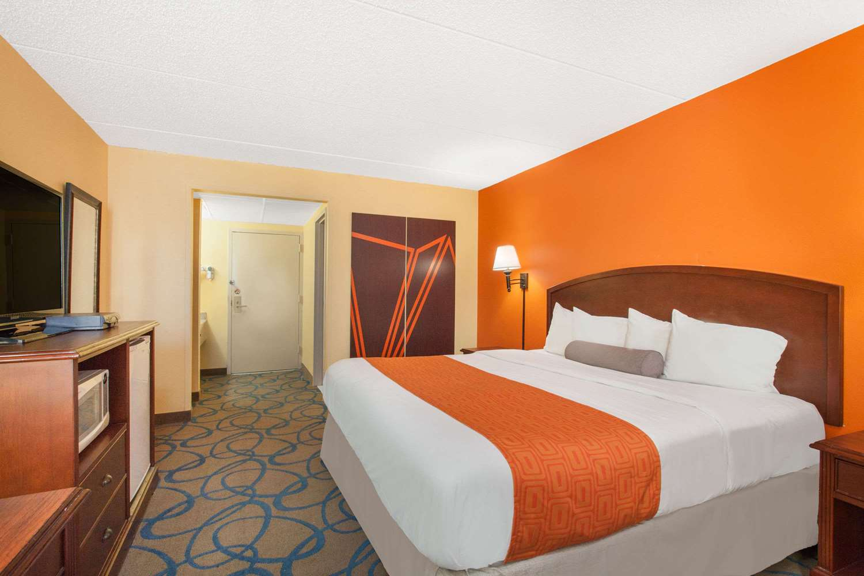 Room - Howard Johnson Inn Suffern