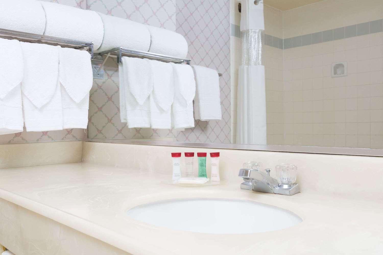 Room - Ramada Plaza Hotel Hawthorne