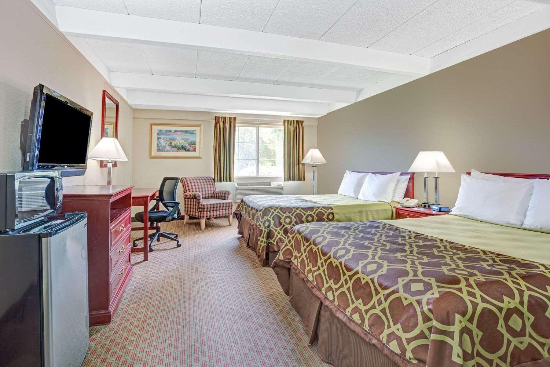 Room - Travelodge Iowa City