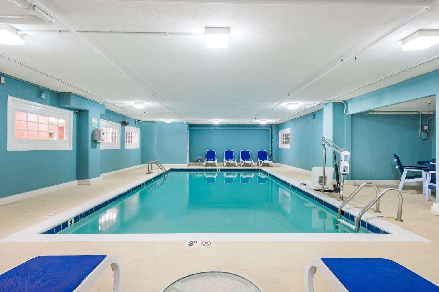 Pool - Howard Johnson Oceanfront Hotel Ocean City