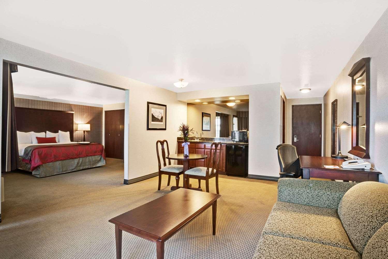 Suite - Ramada Inn SeaTacAirport Tukwila