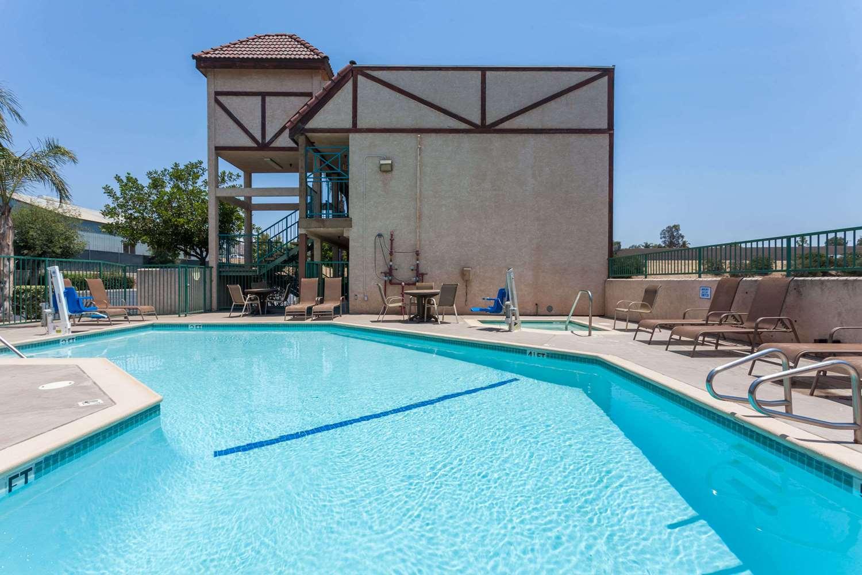 Pool - Howard Johnson Hotel Norco
