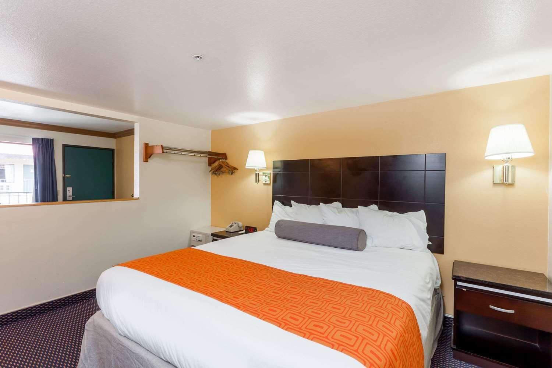 Room - Howard Johnson Hotel Norco