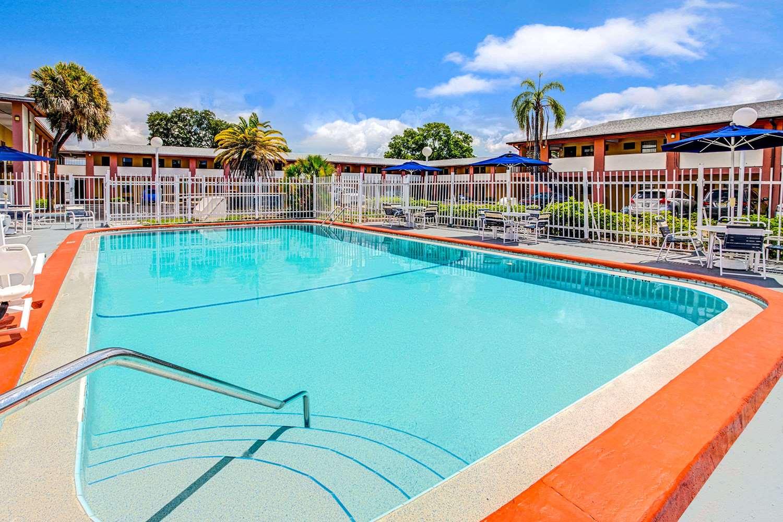 Pool - Howard Johnson Hotel Airport Tampa