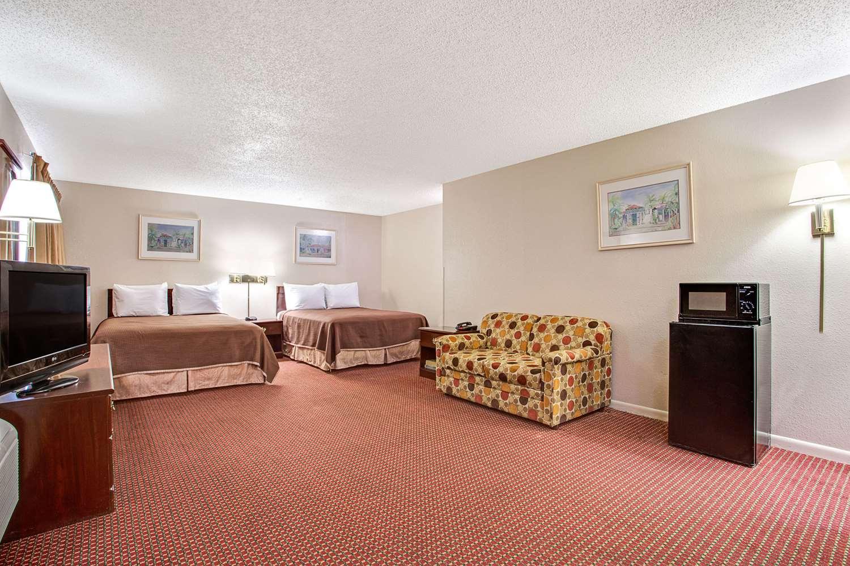 Suite - Howard Johnson Hotel Airport Tampa