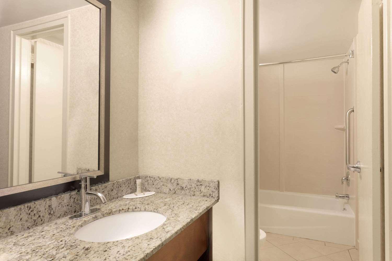 Room - Howard Johnson Express Inn DC