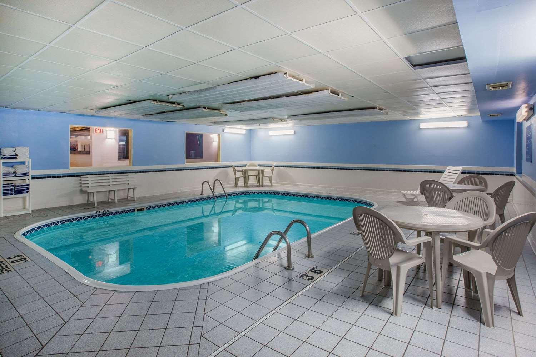 Pool - Ramada Hotel Sioux Falls