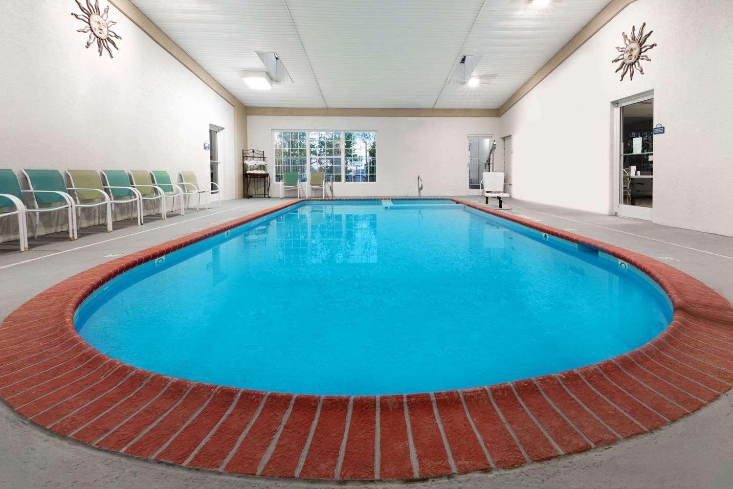 Pool - Days Inn Dalhart