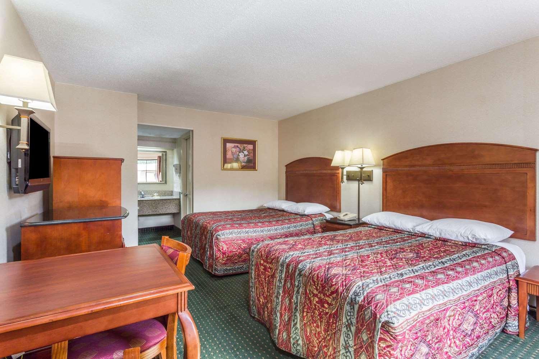 Room - Days Inn Camp Springs