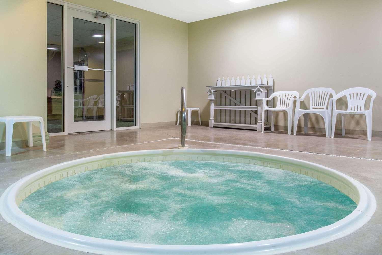 Pool - Super 8 Hotel Carthage