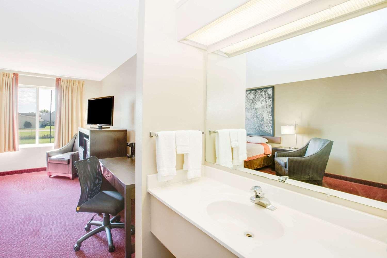 Room - Super 8 Hotel Jackson