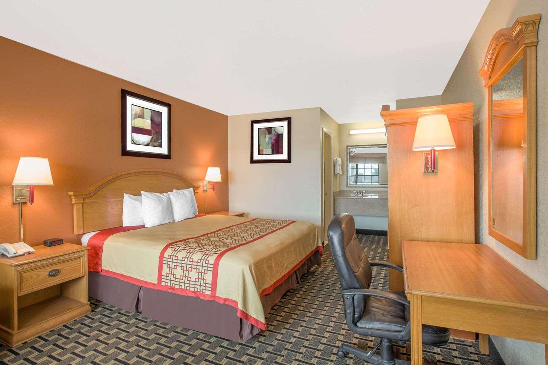 Room - Days Inn Monroe