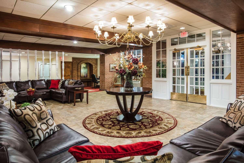 Lobby - Ramada Inn at Historic Ligonier