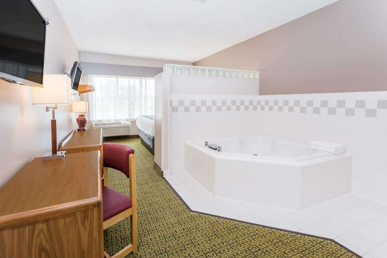 Suite - Days Inn Madison