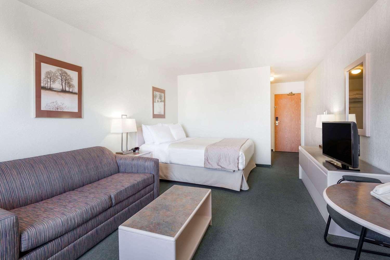 Suite - Super 8 Hotel Dauphin