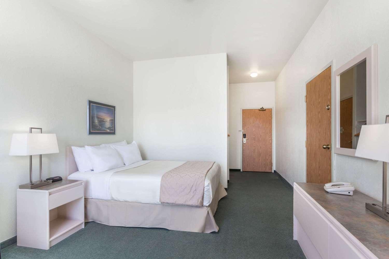 Room - Super 8 Hotel Dauphin