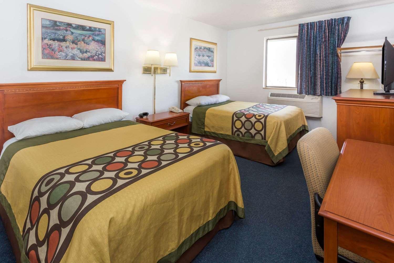 Room - Super 8 Hotel Pontiac