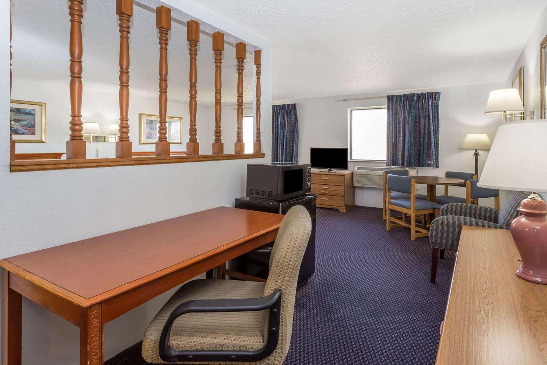 Amenities - Super 8 Hotel Pontiac