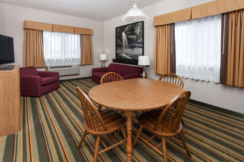 Suite - Super 8 Hotel Ottawa