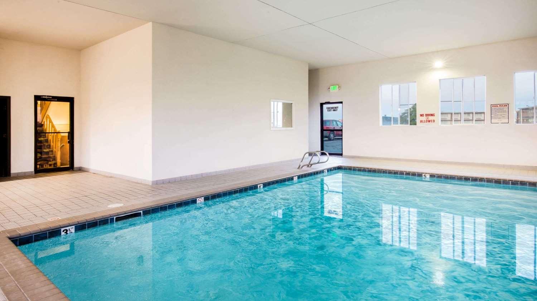 Pool - Super 8 Hotel Pueblo