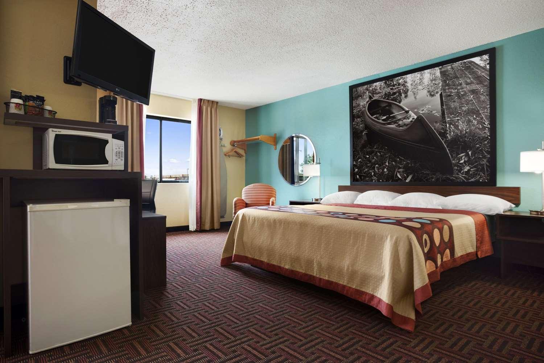 Suite - Super 8 Hotel Marion