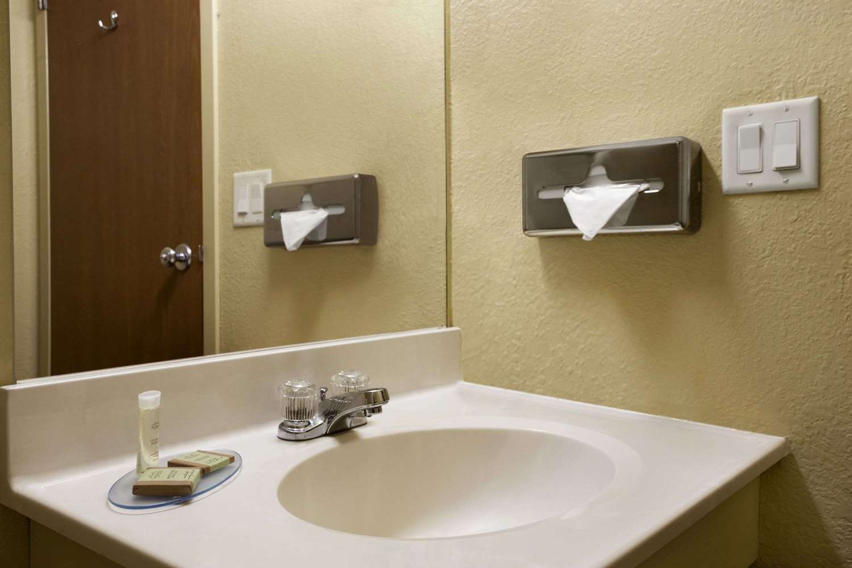 Room - Super 8 Hotel Marion