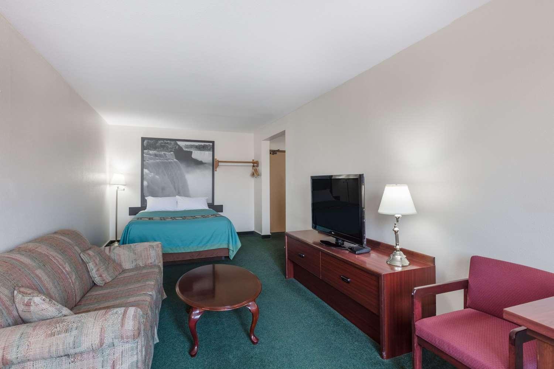 Suite - Super 8 Hotel Moose Jaw