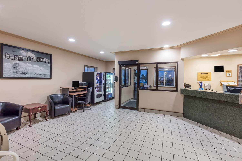 Lobby - Super 8 Hotel Moose Jaw