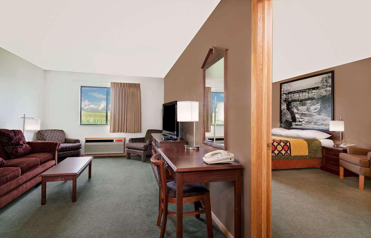 Suite - Super 8 Hotel Mauston
