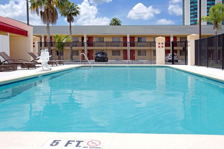 Pool - Super 8 Hotel Universal Studios Orlando