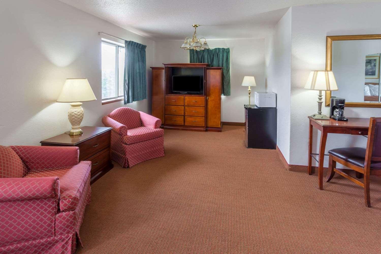 Suite - Super 8 Hotel Portage