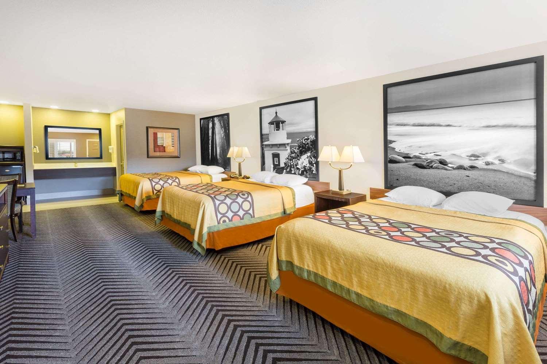 Suite - Super 8 Hotel Fortuna