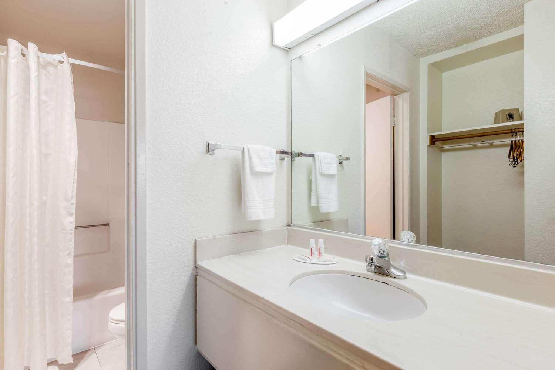 Room - Super 8 Hotel Central Bakersfield