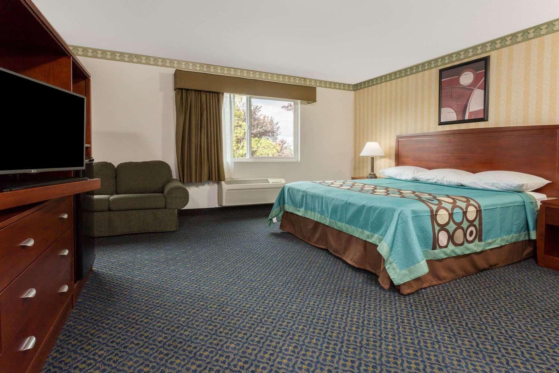 Suite - Super 8 Hotel North Highlands