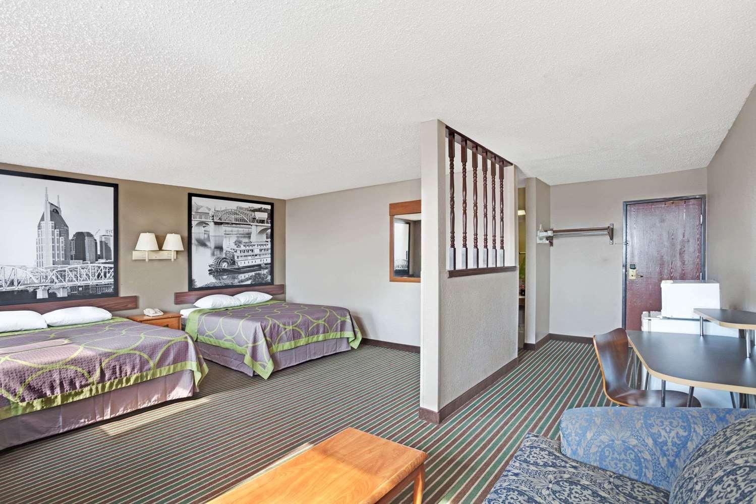 Suite - Super 8 Hotel Downtown Opryland Nashville