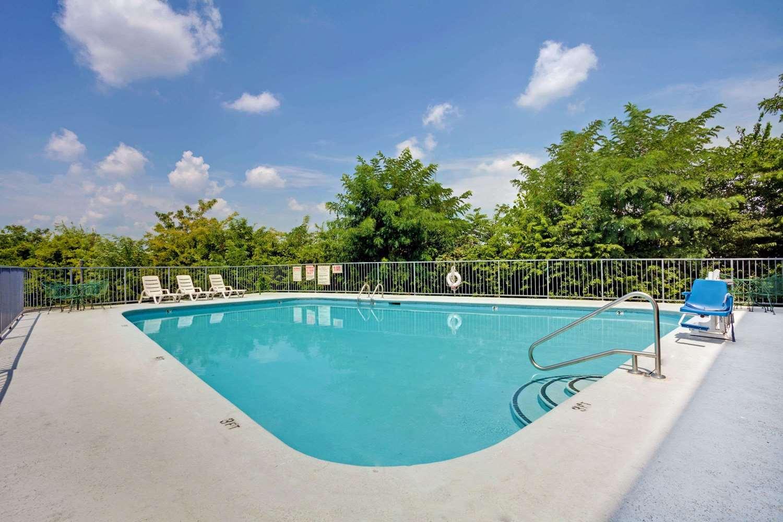 Pool - Super 8 Hotel Downtown Opryland Nashville
