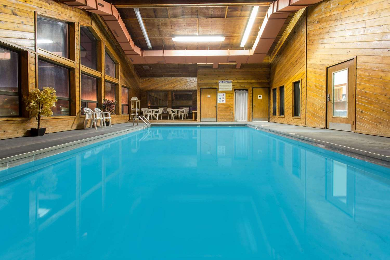 Pool Super 8 Hotel Chadron