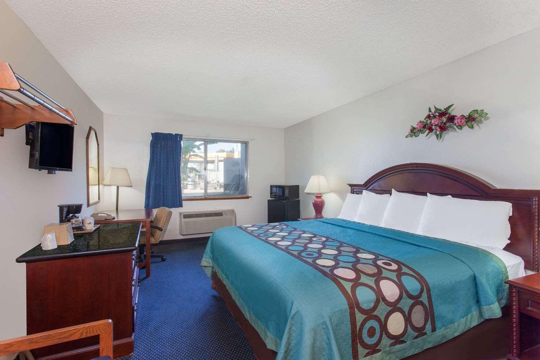 Room - Super 8 Hotel Selma