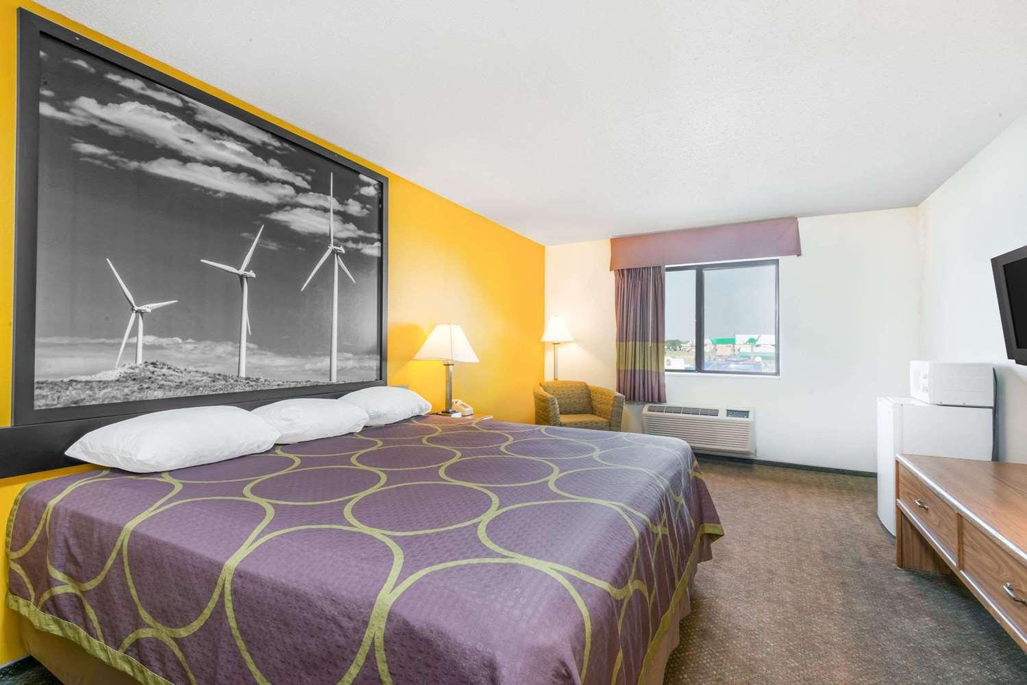 Room - Super 8 Hotel Pratt