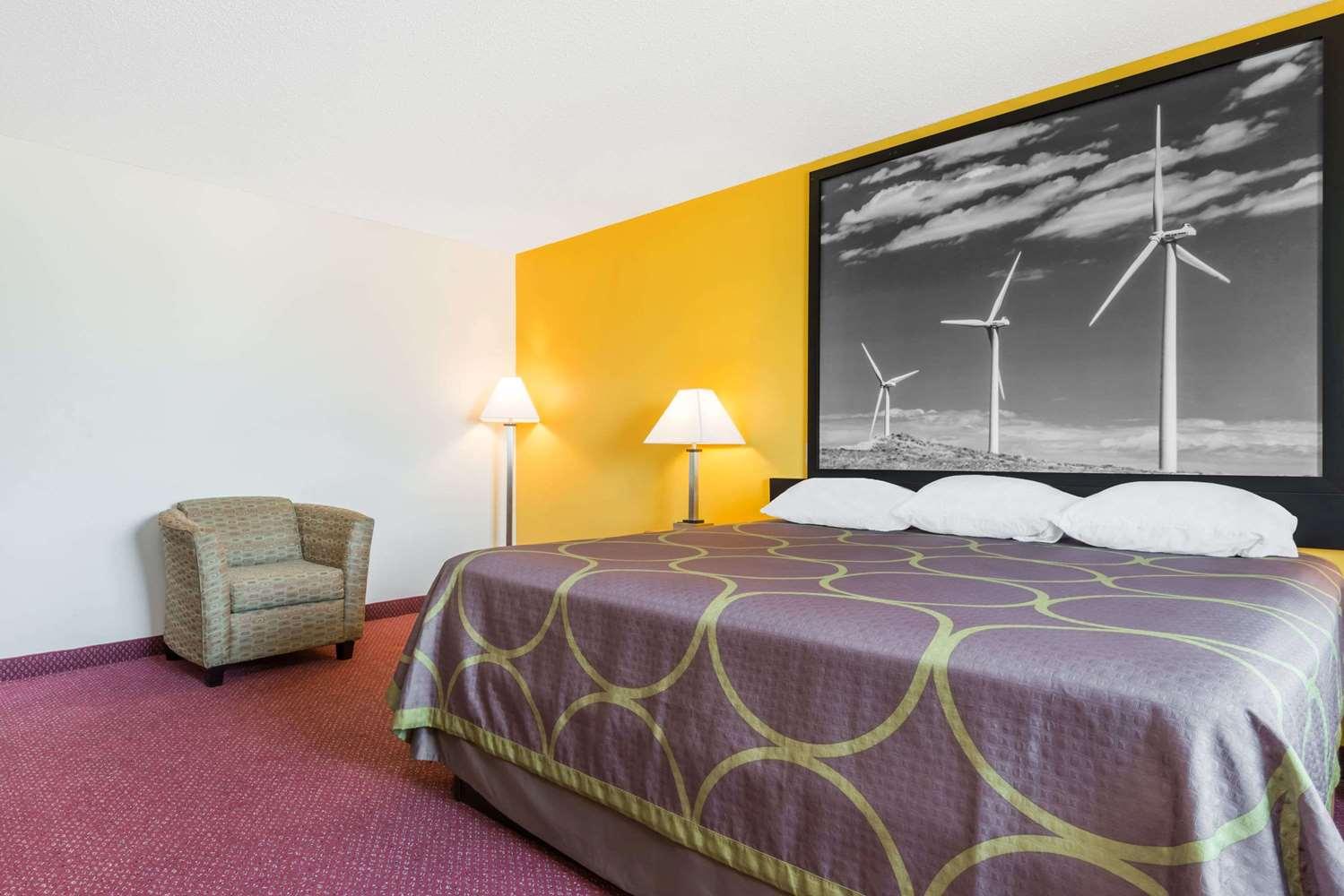 Suite - Super 8 Hotel Pratt