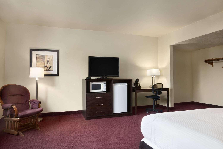 Suite - Super 8 Hotel Sarnia