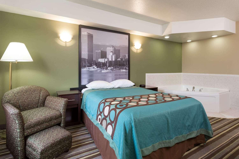 Suite - Super 8 Hotel Germantown