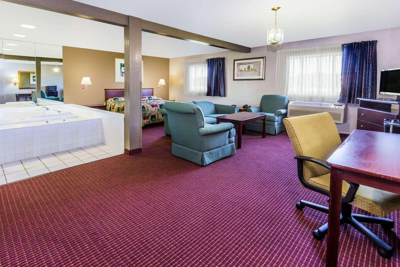 Suite - Super 8 Hotel I-55 North Joliet