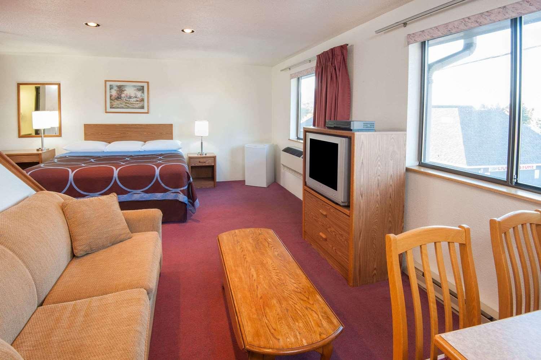 Suite - Super 8 Hotel Salmon Arm
