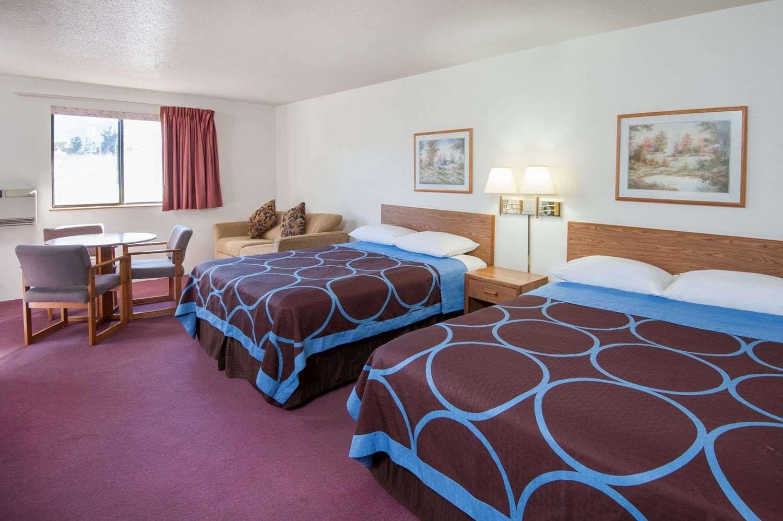 Room - Super 8 Hotel Salmon Arm