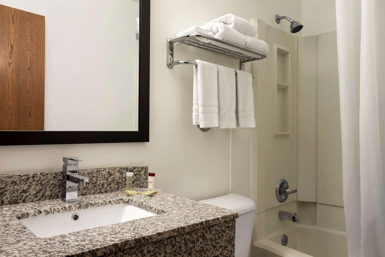 Room - Super 8 Hotel East Cedar Rapids