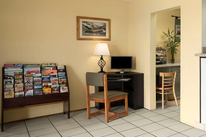 Lobby - Super 8 Hotel East Cedar Rapids