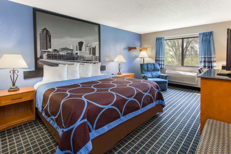 Room - Super 8 Hotel Coralville