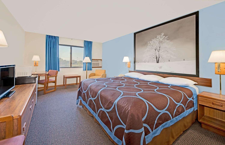 Room - Super 8 Hotel Centerville