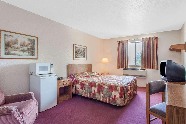 Room - Super 8 Hotel Saanichton